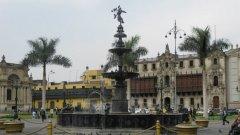 """""""Да предадеш поздрави на маите и после ще разказваш, дали ходят голи и с пера по улиците на Лима!"""". С тези думи ме изпроводи за Перу мой приятел...   На снимката: център на Лима"""
