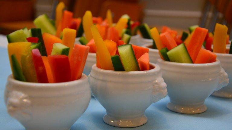 Зеленчукови пръчици вместо чипс и солети  И така, отпускате се вечер на дивана, гледате любимото си предаване или някой готин филм и… изведнъж се оказва, че сте погълнали солидно количество чипс или солети, а с тях и куп нежелани калории. Като капак след няколко часа отново сте гладни, все едно нищо не сте хапнали! Заменете този нездравословен навик със зеленчуци, нарязани на удобни пръчици и потопени в лимонов сок и подправки. Хем е по-нискокалорично, хем по-вкусно.