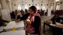 Десетки убити след бомбен атентат по време на изборите в Пакистан