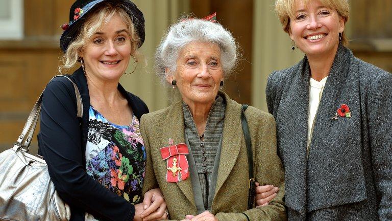"""Софи Томпсън Виждате ли тези три жени? Сигурни сме, че знаете коя е тази най-вдясно. Ема Томпсън е британско национално богатство и уважавана, световноизвестна актриса. Това по средата е нейната майка, а вляво стои Софи Томпсън - сестрата на """"бавачката Макфий"""". Софи е позната най-вече като Стела Кроуфорд, лудата любовница на Фил Мичъл от сапунката """"Easteners"""" на BBC. Още нещо забележително за Софи е това, че една година печели Celebrity Masterchef. Но какво от това?"""