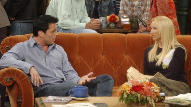 """8. Прочутият диван  Поизтърканият оранжев диван, на който шестимата приятели висят през повечето време в """"Сентръл пърк"""", е изкопан от едно мазе в студиото на Warner Bros, когато се сглобява декорът на кафенето. Историята не помни за коя продукция на компанията е купен той, но влиза в историята благодарение на """"Приятели"""".  Феновете на шоуто неведнъж са си задавали въпроса как шестимата приятели винаги успяват да седнат на едно и също място във видимо популярно нюйоркско кафене. Явно сценаристите са се замислили за същото и на някои от сцените, снимани в """"Сентръл пърк"""", се вижда, че на масата им стои надпис """"Резервирано"""".  Въпреки това, на няколко пъти фактът с вечно свободния диван става обект на хумора на сценаристите. Например в началото на втория сезон шестимата приятели влизат в кафенето за да установят, че голяма група непознати е окупирала местата им (това са сценаристите на шоуто).   В друг епизод на масата им се намърдват Томас и Тим (в ролите Робин Уилямс и Били Кристъл), които открадват сцената със сърцераздирателни разговори за изневеряващата съпруга на Томас."""