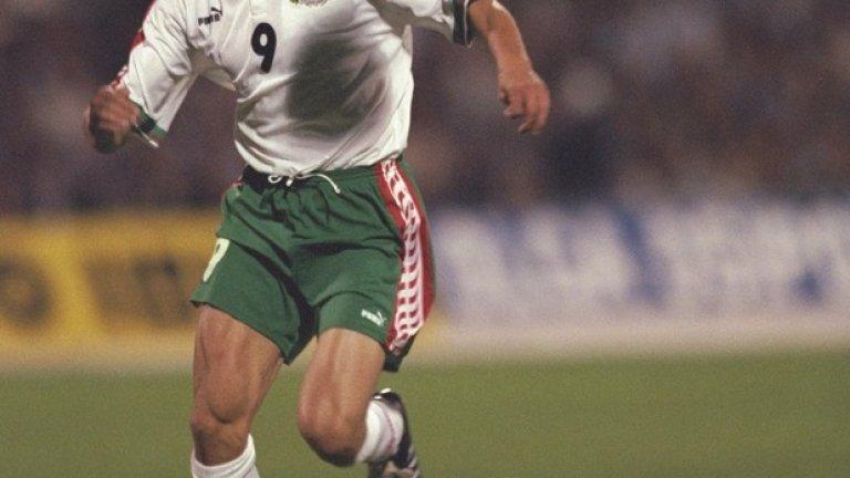 Любо Пенев на терена през 1997 г. с екипа на България.
