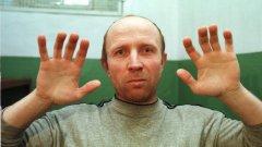"""10. Анатоли Оноприенко  Един от """"най-невинните"""" сред серийните убийци е """"Чудовището от Украйна"""". Анатоли Оноприенко, арестуван през 1996-та, признава за убийството на 52-ма души. При ареста му полицията намира над 100 предмета на престъпления, включително различни оръжия, които Оноприенко е използвал в своята """"дейност"""".  Израснал с трудно детство като сирак в поправителни домове, в него се поражда желание да си отмъсти за несгодите в живота. Анатоли започва извратената си """"кариера"""" с убийството на две семейства. При първия случай, той нахлува в дом в малкото градче Братковичи, където живее четиричленно семейство и разстрелва всичките. В същото градче влиза с взлом в семейна къща и избива петчленна фамилия.  След години на скитничество в Западна Европа, след 1989-та се връща в Украйна и продължава с престъпленията. За няколко месеца през 95-та и 96-та година избива 43-ма души при нахлувания с взлом.  Сред постиженията му е убийството на пет души, докато спят в колата си. По време на самопризнанията си заявява, че просто искал да задигне колата, затова нямал избор освен да убие хората. След убийствата обикновено изгаря телата.  При едно от нахлуванията с взлом, Анатоли смачква главите на майка и дъщеря с чук. Сред """"геройствата"""" е и убийството на две момиченца на 7 и на 8 години с брадва. Арестуван е през 1996-та, когато е на 37 години. По време на процеса, започнал през 1998-ма, той заявява, че не изпитва угризения. Признат е за виновен, но за негово щастие, Украйна наскоро е премахнала смъртното наказание и той е осъден на доживотен затвор без право на помилване. Умира в затвора през 2013-та."""