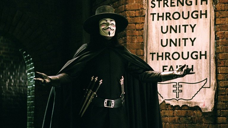 """V for Vendetta/ В като Вендета - Джеймс Мактинг   Трилърът по сценарий на сестрите (тогава още братя) Уашовски превръща маската на Гай Фокс в символ на бунта срещу системата. Това е един от филмите, в които с всяко гледане зрителят открива някой нов, незабелязан преди това детайл.   Маската на Гай Фокс беше използвана при протестите """"Окупирай Уолстрийт"""" през 2011-а, освен това хакерската група Anonymous я присвоиха, за да прикриват истинските си лица. """"В като Вендета"""" е добър начин да си припомним колко ценна е личната свобода, дори и да не е 5 ноември - денят, в който Фокс е арестуван от британските власти."""