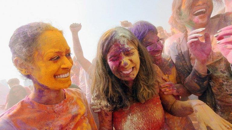 В Индия е време за Холи - пищният празник на пролетта и цветовете