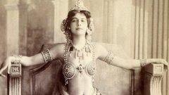 Мата Хари   Едва ли има някой, който да не е чувал за митичната Мата Хари, екзотична танцьорка, куртизанка и най-вече - двоен агент. Родената в Холандия Маргарета Зеле бързо се превръща в популярна атракция за клубовете в Париж, Берлин, Виена и Мадрид, след като започва кариерата си на компаньонка през 1905 г. До започването на Първата световна война тя вече е натрупала сериозни контакти благодарение на любовните си афери с фигури от висшите военни и политически кръгове на Франция, Германия и Австро-Унгария.   Никога обаче не става ясно за кого е работила точно и до каква информация е имала достъп. През 1917 г. французите я арестуват по данни на британското разузнаване и я обвиняват в шпионаж за Германия. От своя страна тя твърди, че е работила по указания на Париж срещу немците. В крайна е осъдена и екзекутирана чрез разстрел през октомври същата година.