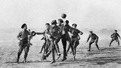 Коледното примирие през 1914 година изкарва британците и германците от окопите. Двете враждуващи страни дори си спретват футболен мач, който остава в историята като най-великия мач на неутрален терен.