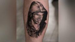 """Собственик на студио за татуировки си татуира """"изпепеляващия"""" поглед на Майкъл Фелпс върху прасеца. Интернет пък роди доста сполучливи мемета..."""