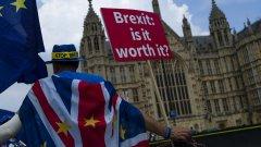 Така лидерите на Евросъюза за пореден път дават да се разбере, че ще продължат да се готвят за излизането на Великобритания от ЕС дори и без окончателно споразумение с Лондон
