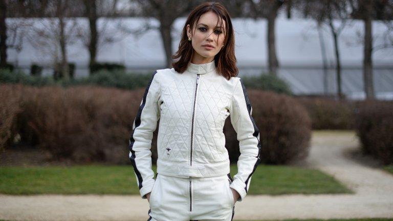 """Олга Куриленко - Украйна  Явно Украйна е дала наистина много на Холивуд. Олга е родена в Киев, но израства в Москва, а когато е на 16 г. се премества в Париж, за да започне кариера на модел. Истинската слава обаче идва, когато решава да се пробва в киното. Една от първите ѝ роли е в снимания в България """"Хитман"""" от 2007 г., а след това привлича още повече внимание като момичето на Бонд в """"Спектър на утехата""""."""