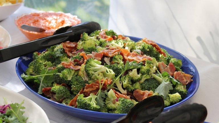 Богата салата с броколи и бекон   Бърза, лесна, вкусна и засищаща салата с идеален за кето режима зеленчук - броколи. Съветваме ви да я приготвите не само за себе си, но и за цялото семейство, дори и да не са на диета - повярвайте ни, харесва се и на по-злоядите. Трябват ви три глави броколи, масло, бекон и подправки по избор. Можете да използвате и замразени броколи, ако имате във фризера.  Оттам нататък броколито се задушава до омекване в дълбок съд, в който сте разтопили около 20-30 грама масло, а след това светкавично се прехвърля в купа с вода с лед. Така цветът на зеленчука ще се запази зелен и свеж. После през тигана минавате бекона, докато стане хрупкав, и добавяте към броколито. Ние лично обичаме към салата да прибавим и чесън, червен лук и евентуално натрошени ядки.