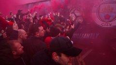 Феновете на Ливърпул доста затрудниха автобуса на Сити по пътя към стадиона