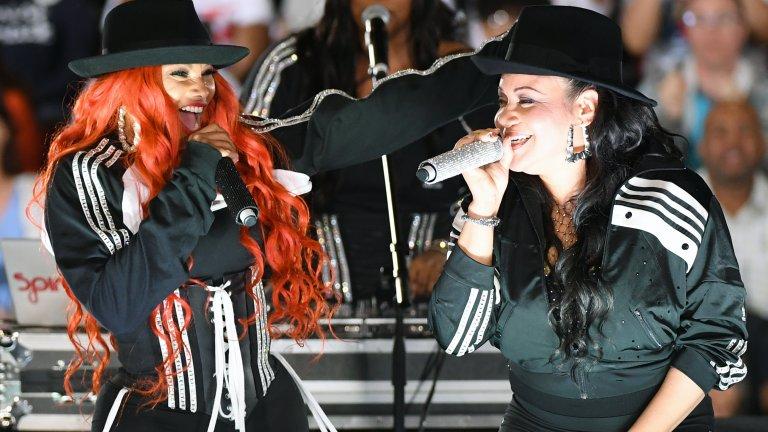 """Salt-N-Pepa  Триото на Salt, Pepa и DJ Spinderella е една от първите дамски формации в музикален стил, смятан дотогава за изцяло мъжка територия. Те не просто произвеждат хитове като платинения сингъл """"Push It"""" и печелят награда след награда, но и обръщат целия музикален стил с главата надолу, като доказват, че момичетата могат да рапират не по-зле от момчетата."""
