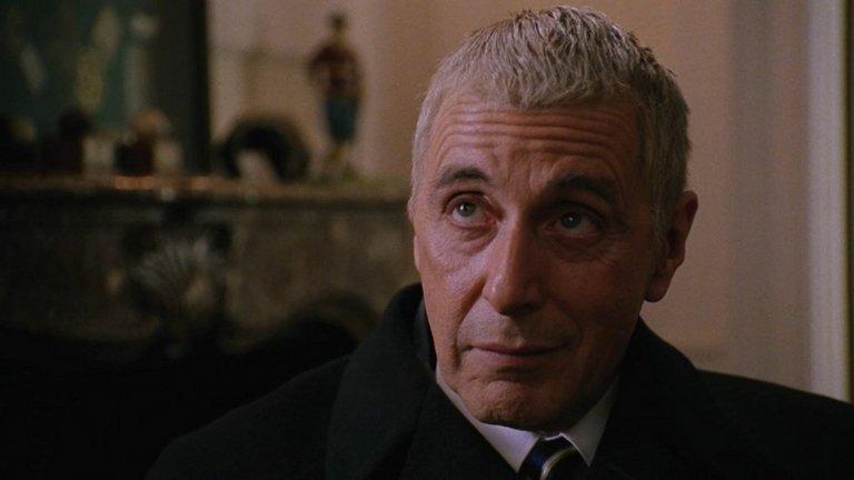 """""""Ангели в Америка"""" (2003) Новото хилядолетие идва и с нови жанрове. Сериалите и телевизионните продукции започват да се налагат масово, а оттам и големите актьори започват да правят телевизионни проекти. Такъв е случаят и с минисериала на HBO """"Ангели в Америка"""", базирана на наградената с """"Пулицър"""" едноименна пиеса на Тони Кушър. Типично за HBO и тук се разглеждат спорни теми като СПИН и това какво е да си гей по времето на Рейгън. А на Пачино и неговия герой Рой Кон е дадено да покаже на какво е способен със сатирични монолози, в които да покаже сбърканите неща в съвременна Америка."""