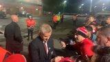 Оле остана на стадиона да дава автографи и да се снима с фенове след погрома