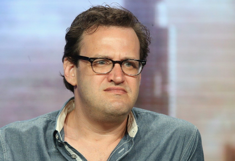 """Андрю Крайсбърг – Изпълнителният продуцент в Warner Bros в средата на ноември беше пуснат в принудителен отпуск след като 19 негови служители се оплакаха за това, че той сексуално е тормозил жени в продължение на години. Крайсбърг работи по сериали като """"Стрелата"""" и """"Супергърл"""". Той е обвинен, че е искал масажи от жените, с които работи, правил е неподходящи коментари, докосвал е и е целувал жени без разрешение. Продуцентът отрича нещо нередно да се е случвало."""