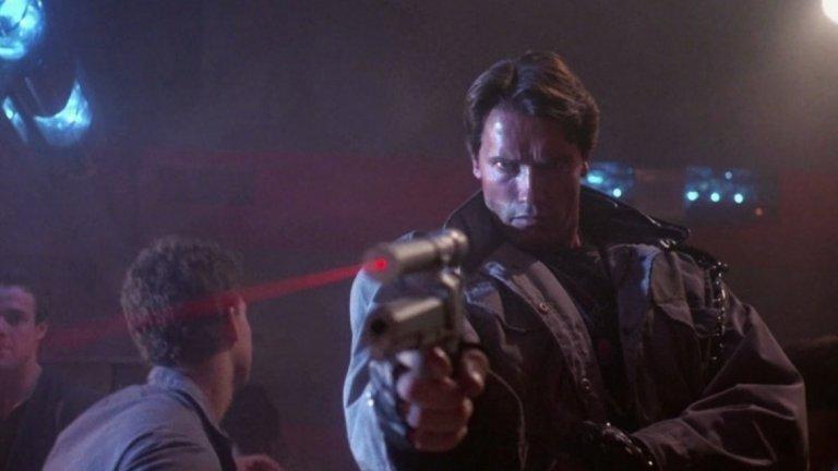 """Т-800, """"Терминатор"""" (1984 г.)  Едва ли има по-легендарен робот убиец от Т-800, изигран от Арнолд Шварценегер в първия """"Терминатор"""". Филмът разказва за бъдеще, в което изкуственият интелект """"Скайнет"""" е преценил, че човечеството е заплаха.  Поради това е започнал масов геноцид с помощта на роботи убийци от всякакъв вид и размери. Един от най-ефективните видове са терминаторите - метални скелети, покрити с човешка плът. Един такъв е изпратен в миналото - през 80-те, за да убие майката на бъдещия герой на човешката съпротива, преди тя още да го е родила. Шварценегер е перфектен в ролята на вдървена машина, опитваща се да прилича на човек, която пуска кратки и запомнящи се реплики и не може да бъде спряна от почти нищо (освен от една разбесняла се блондинка, както се оказва).   Следващите филми от поредицата превърнаха Т-800 Model 101 (т.е. моделът, който има визията на Арни) в добрия герой, но за сметка на това ни дадоха и други интересни интерпретации по темата за роботи убийци. Ненадминат май ще си остане Т-1000 (Робърт Патрик) от """"Терминатор 2"""", който е създаден от течен метал и може да приема всякаква форма, да копира всяко лице и да превръща всеки свой крайник в оръжие."""