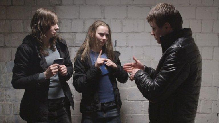 """""""Племето"""" (The Tribe)  Впечатляващият дебют на украинския режисьор и сценарист Мирослав Слабошпицки също е сред акцентите в програмата. Филмът взе Голямата награда на критиката в Кан, а Слабошпицки беше обявен за европейско откритие на годината на последните Европейски филмови награди.  В """"Племето"""" глухонемият Сергей постъпва в специализирано училище за глухонеми. На новото място той трябва да открие своя път в училищната йерархия, сблъсквайки се с престъпления и проституция. Сергей участва в няколко грабежа и бързо се издига високо в организацията. Запознава се с Анна – една от любовниците на Шефа, и неволно нарушава всички неписани правила на племето. В целия филм героите си общуват единствено с езика на глухонемите и няма никакви субтитри или превод от какъвто и да е вид, но историята е разказана изключително директно и на места шокиращо. """"За любовта и омразата не е нужен превод"""", казва се още в трейлъра.  Кога:  на 8 март в Люмиер от 20.30, 17 март в Културния център на СУ от 17.00, на 22 март в Евро Синема от 20.45 и на 28 март в Евро Синема от 17.15"""