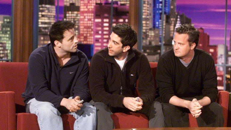 """ПриятелитеКогато снимките на ситкома започват, шестимата актьори едва се познават.  Скоро след това обаче те започват да прекарват дори свободното си време заедно и в крайна сметка действително стават приятели. Въпреки че днес те не поддържат редовен контакт, през 2016 г. всички (с изключение на Матю Пери) се събраха на събитие в чест на режисьора на NBC Джеймс Бъроуз, а Шуимър публикува #throwbackthursday снимка на Рос и Джоуи. Феновете пък получиха доста приятен """"подарък"""", когато през 2015 г. Шуимър се появи като гост-звезда в комедийния сериал Episodes, рамо до рамо с Мат Лебланк, където и двамата играят художествена версия на самите себе си."""