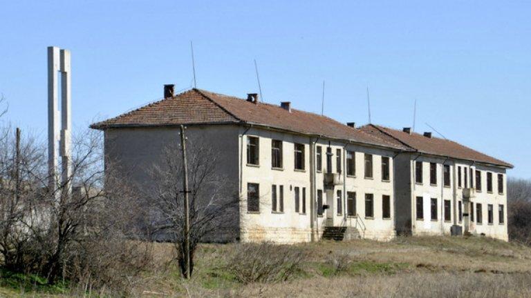 """До мястото, където са били старите бараки, през 80-те години са построени тези сгради - наказателна колония за """"непослушните"""" български турци по време на насилственото преименуване"""