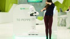 Pepper танцува, напътства и консултира клиентите на банка ДСК