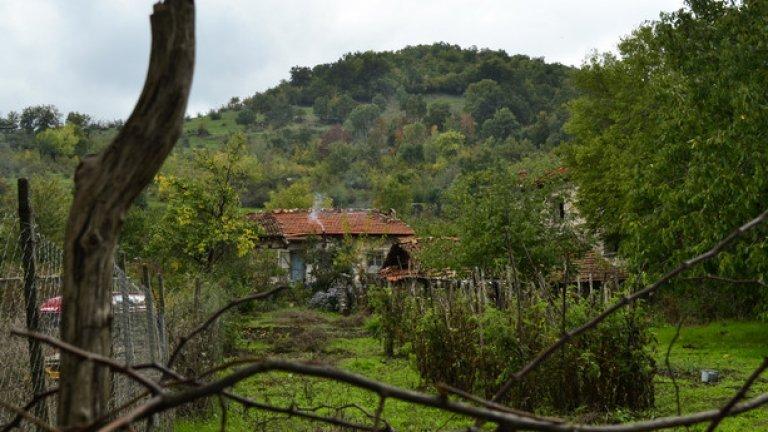 Една от първите къщи в селото. Зад плетената ограда са наредени стройни редици с домати. Заради близостта с язовира почвата тук е плодородна