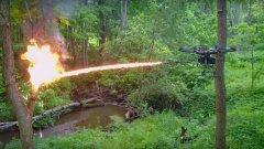 Властите в САЩ стигнаха дотам да предупреждават, че използването на дрон с прикачено към него оръжие - включително огнехвъргачка - е забранено от закона.