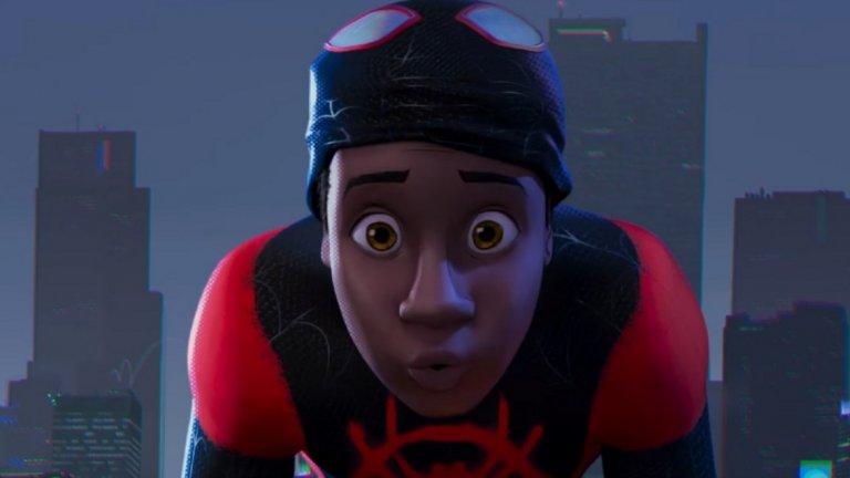 """8. Spider-Man: Into The Spider-Verse (14 декември)  Вече ви разказахме за Sony и правата за Спайдър-мен. Това тук е друг любопитен пример – пълнометражен анимационен филм, който няма общо с вселената на Marvel, и разказва за """"другия"""" Спайдър-мен – чернокожия тийнейджър Майлс Моралес. Политкоректност и точене на парите на зрителите в едно! Добрите новини са, че в комиксите Майлс е доста приличен персонаж, а героите във филма ще бъдат озвучени от актьори като Лийв Шрайбър и Махершала Али. """"Into The Spider-Verse"""" едва ли е най-очакваният комикс-филм на годината, но при успех, той може да тласне жанра към повече анимационни адаптации на голям екран."""