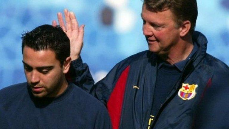 """1. Шави – една истинска легенда на Барселона и Испания направи дебюта си през 1998 година точно при Луис ван Гаал. """"Научи ме на много неща. Каза ми """"по-добър си от Зидан"""" (рефрен, който е използван и до днес за много футболисти – б.а.). Той беше велик треньор, ние (Барселона – б.а.) се отнесохме несправедливо към него"""", споделя Шави пред El Pais за Ван Гаал."""