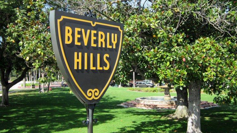 Имение от 9 акра в Бевърли Хилс165 млн. долара не звучат чак толкова много, когато си Джеф Безос. Срещу тях той е получил девет акра имение, което има собствено голф игрище, тенис корт, голям плувен басейн и гараж за шест автомобила. В къщата има седем спални, седем бани и личен кино салон.