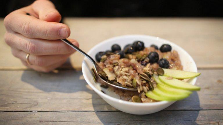1. Зърнена закуска Зърнената закуска е супер хранене преди тренировка, но внимавайте с миксовете с ядки, стафиди и добавена захар. Перфектната зърнена закуска трябва да съдържа по три грама или повече фибри, осем грама Или по-малко захар и порцията ви не трябва да надвишава 100 калории.