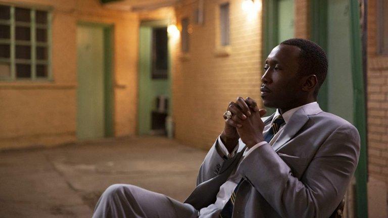 """Green Book (2018)  Филм, който разглежда темата за расизма в САЩ по един ненатрапчив начин през призмата на приятелството между двама мъже - виртуозният тъмнокож музикант Дон Шърли (Али) и неговият шофьор/охранител Тони Вилалонга (Виго Мортенсен). Пресъздавайки емоциите (а понякога и пълната дистанцираност) на Шърли, той си заслужи и втория """"Оскар"""" в кариерата си, отново за поддържаща роля."""