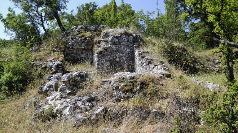 Платовидният връх е изцяло покрит с треви, сред които тук-там се белеят камъните от старинните зидове.