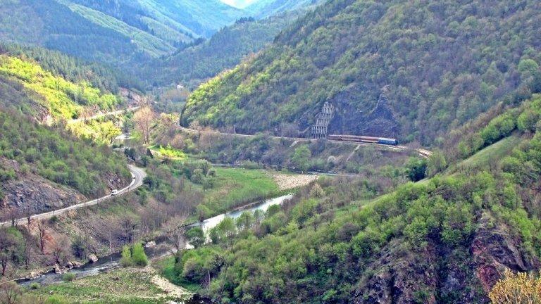 """Гледката от там е приказна и открива най-вече онова, към което е """"гледал"""" и старецът в разказа на Вазов - първата железница, която минава през Искърското дефиле. За него тя се превръща в символ на свободна България."""