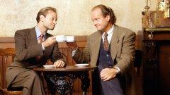 """Frasier / """"Фрейзър"""" Спиноф на: """"Бар Наздраве""""  Комедийният сериал дебютира през 93-а и се фокусира върху един от редовните посетители на култовото заведение от """"Бар Наздраве"""". Фрейзър Крейн (Келси Гремър) се мести от Бостън в Сиатъл, където работи като радио психиатър. Сериалът представя нови колоритни персонажи, сред които - бащата и брата на главния герой. Животът на двамата братя Крейн и отношенията им с техния баща успяват да създадат много забавни ситуации и осигуряват на """"Фрейзър"""" завиден живот – сериалът приключва през 2004 г. след 11 сезона."""