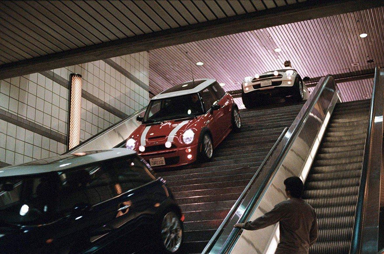 """Mini Cooper S, """"Италианска афера""""    Малкото компактно Mini Cooper е измислено през 1960 г. с идеята да се движи лесно и пъргаво из тесните улички, които се срещат в доста от европейските градове. Симпатичният автомобил се оказва и сред главните герои на филма с участието на Чарлийз Терон и Марк Уолбърг.   Интересен факт е, че колите за """"Италианска афера"""" не са дарени на продукцията, а са закупени на пълната им пазарна цена, въпреки че филмът се оказва страхотна реклама. Иначе Mini Cooper S разполага със 75 конски сили и може да вдигне до 165 км/ час."""