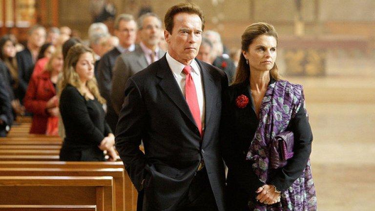 Губернаторът на Калифорния Арнолд Шварценегер и съпругата му Мария Шрайвър присъстват на опелото на италианския филмов магнат и холивудски продуцент Дино Де Лаурентис в катедрала в Лос Анджелис, Калифорния, на 15 ноември, 2010 година.