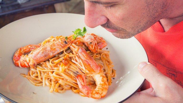 """Паста""""Спагетите не са това, за което ги мислите"""", заявява проф. Джена Брадок пред списание Heathline. Тя изцяло опровергава идеята, че пастата е """"празни калории"""", които засищат за кратко. Брадок посочва, че на пазара вече има достатъчно видове паста, към които да се ориентирате и които съдържат съвсем приемливите 300-400 калории на порция. Пълнозърнестите и оризови варианти са най-добрият избор, но Брадок подчертава, че е по-разумно да се насочите към леки, немазни сосове с шунка или морски дарове."""