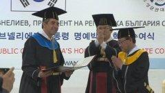 """Новината, че Росен Плевнелиев е получил почетното звание """"доктор хонорис кауза"""" на университета Сункюнкуан, беше засенчена от забележителната му визия"""