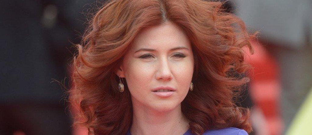 Анна Чапман  Червенокосата красавица, родена във Волгоград като Анна Василиевна Кушченко, има интересната съдба да измине пътя от успешна бизнес дама в Ню Йорк до фотомодел и медийна звезда в Русия. През 2001 г. тя  за кратко се омъжва за британеца Алекс Чапман, вземайки гражданство, което й позволява спокойно да започне кариера в Манхатън. Разбира се, като дъщеря на бивш офицер от КГБ,  тя бързо успява да се ориентира в САЩ и да се свърже с местната руска шпионска мрежа.  През 2010 г. е арестувана от ФБР наред с още девет души, чиято цел е била да изградят контакти с учени, бизнесмени и политици, за да получат достъп до информация. Чапман се признава за виновна, а впоследствие е разменена и депортирана в Русия. От тогава насам тя се занимава с различни дейности, включително със собствено предаване по телевизията, работа в партията на президента Путин и моделство.