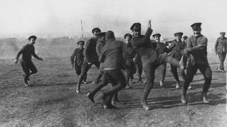 1915 г., Салоника, офицери срещу войници от 26-та дивизия на Коледа