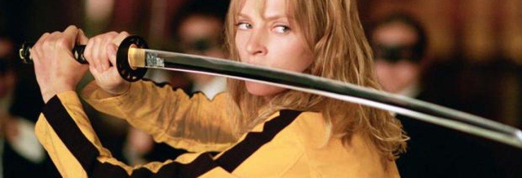 """Беатрикс Кидо от """"Убий Бил"""" Ето ви още един съвет от екшън филмите. Ако планирате да развалите сватба, първо се уверете, че булката не е елитен убиец, използващ най-смъртоносния меч, създаван някога, защото отмъщението ѝ ще е сурово. Наемните убийци от """"Убий Бил"""" смятат, че куршум в главата на Булката (Ума Търман) ще е достатъчен, за да я забравят, но разбират, че са сгрешили жестоко.   Освен че не е мъртва, тя се завръща по-озлобена и готова да си отмъсти, а резултатът е кървава баня."""