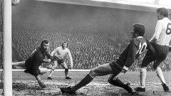 Джон Тошак бележи за Ливърпул във вратата на Арсенал