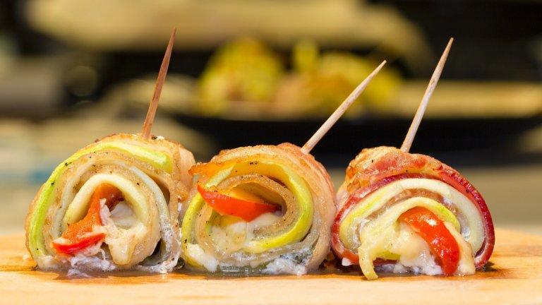 """Кето суши   Да, знаем, че не е точно суши, но много обичаме да казваме на тези рулца именно по този начин. Изпълнението отново е лесно, а резултатът - режимен. Необходими са ви дълги, тънки резени от любимия ви бекон и зеленчуци по избор, за предпочитане краставици, зелени чушки, авокадо и гъби.   Зеленчуците се режат на тънки лентички, а през това време беконът се минава през нагорещен сух тиган или плоча. Не го препичайте, защото няма да можете да оформите рулцата. След като сте жарнали бекона, """"пълните"""" го със зеленчуците и завивате на стегнато руло. За максимално удоволствие можете да хапвате с клечки и да топите в купичка със соев сос."""