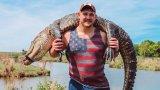 Звезда от НФЛ уби и се снима с 90-килограмов алигатор