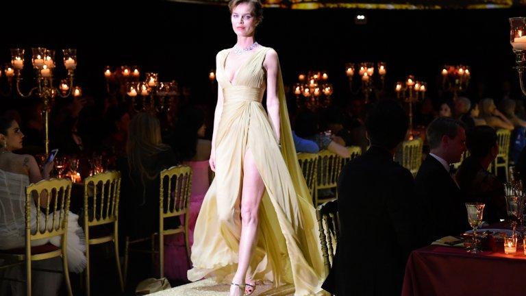 """Модната икона на 90-те Ева Херцигова остава завинаги в историята с репликата от рекламата на Wonderbra: """"Гледай ме в очите. В очите, казах"""". Не е лесно - тя е висока 1,80 м, а краката ѝ са цели 112 см. Това са доста педи, които безспорно привличат всеки поглед."""