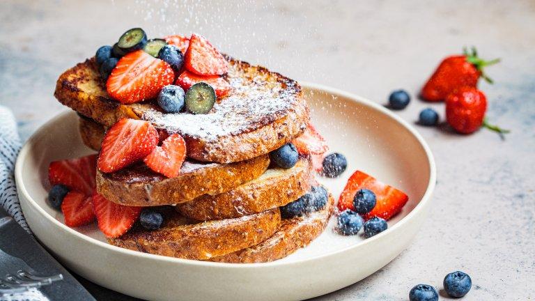 """Френският тостНека името не ви заблуждава - пухкавите пържени филийки с канела, захар, плодове и сладко не са родени във Франция. Този десерт се появява за първи път в Испания и се предполага, че арабската кухня оказва силно влияние за създаването му. Оттам той успява да """"прескочи"""" и във Франция, да мине през усъвършенстване и да придобие името """"френски тост""""."""