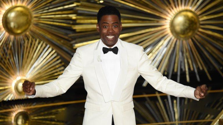 """Крис Рок и речта за """"белите Оскари"""" Номинациите през 2016-та година бяха белязани от солидна онлайн кампания с хаштага #OscarsSoWhite, в която Джейда Пинкет Смит и Уил Смит обявиха наградите на Академията за расистки, понеже във водещите категории липсваха представители на афроамериканското малцинство. Същата година водещ на церемонията бе комикът Крис Рок, който бе призован да се оттегли и да подкрепи кампанията. Рок обаче не направи това. Вместо това се качи на сцената и заяви, че в Холивуд има расизъм, но вместо бойкот, поиска равни възможности за тъмнокожите актьори и посочи редица от предполагаемите проблеми в тази насока, замаскирани като шеги. Или както сам каза - ако Академията избираше не само номинираните, но и водещия на церемонията, нямаше тогава да видим него на сцената, а Нийл Патрик Харис."""