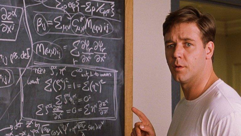 """""""Красив ум"""" Невероятната история на математика Джон Наш в """"Красив ум"""" всъщност е наистина невероятна... в смисъла на неистинска. Наш наистина е диагностициран с шизофрения, но във филма тя е много преувеличена. Реално математикът е страдал повече от параноя и много по-рядко при него са се появявали някакви халюцинации, при това под формата само на гласове.   Освен това бракът на Наш е представен много по-щастлив и чист отколкото в действителността, където той е имал множество изневери, включително с извънбрачно дете. Което прави половината от историята в """"Красив ум"""" просто красива измислица."""