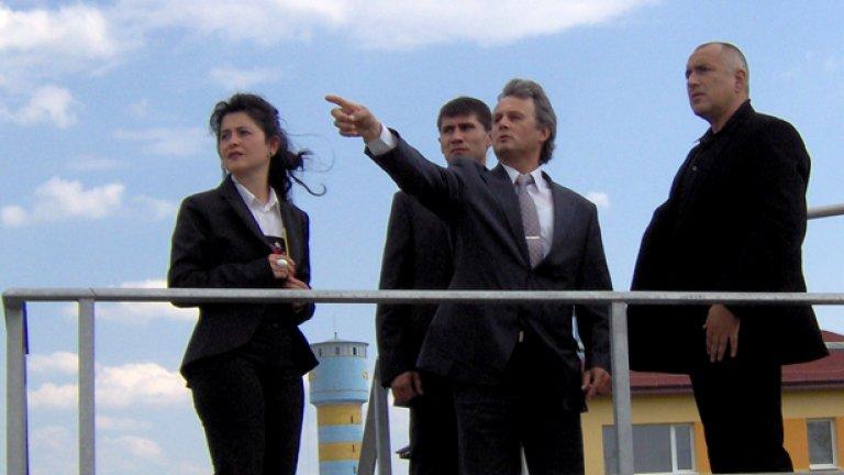 Бате, точно сега ли намери да излезеш в отпуска? В Евксиноград сигурно са пощурели  - чувам, с катери от морето ще те пазят. Сигурно се измори - толкоз шампанско оля по пътищата, дано станат някога. Сега бутилка в багер - като премиер, после рязане на лента - като президент.